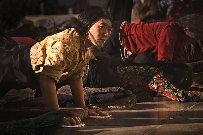 lhasa pilgrim,tibet pilgrim,jokhang photo,jokhang picture,prostrating,lhasa picture,barkhor,kora, photo