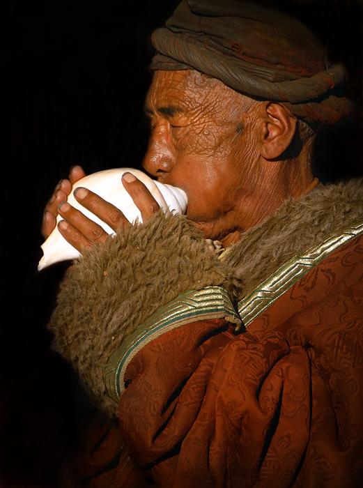 lhasa pilgrim,tibet pilgrim,barkhor pilgrim,jokhang pilgrim,lhasa portrait,tibet portrait,conch horn, photo