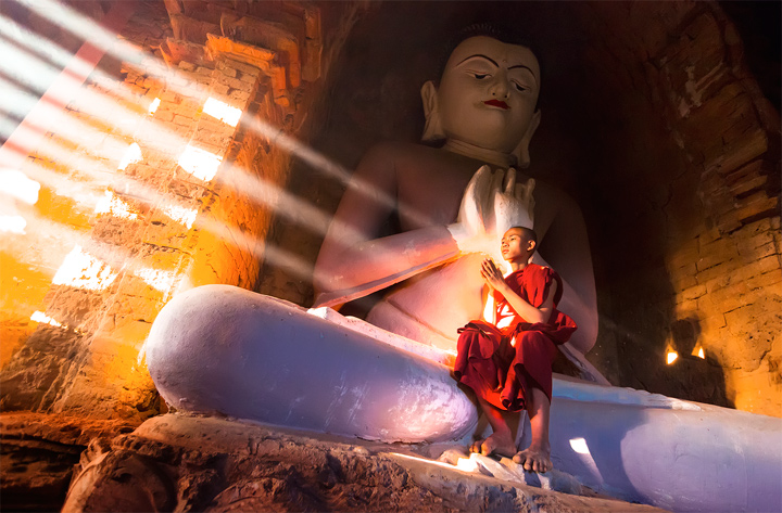 monk,temple,bagan,light beams,light rays,burma,glow,myanmar,culture,buddhism,praying,buddhist,interior, photo